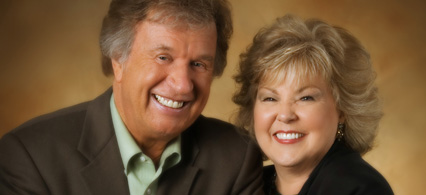 Bill & Gloria Gaither Down from His Glory (feat. Larry Wayne Morbitt) [Live]